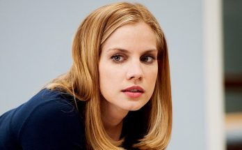How Tall is Anna Chlumsky Height Weight Body Measurements